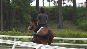 馬に乗る訓練生