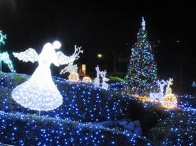 天使の祝福とクリスマスツリー