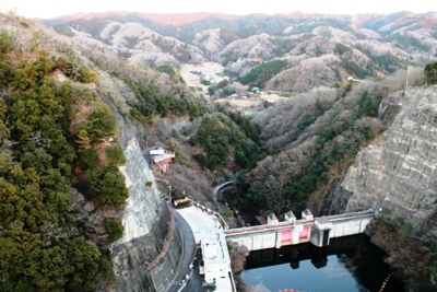 竜神ダムの湖面からの高さは100m