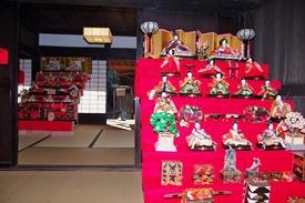 国の重要文化財「坂野家住宅」いくつものひな人形が飾られています