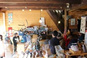 お祭りのはっぴや江戸小紋の手ぬぐいで作った小物雑貨であふれています。