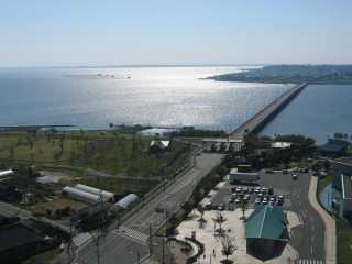 霞ヶ浦ふれあいランド虹の塔から見える霞ヶ浦大橋