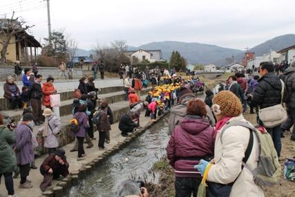 和の風流し雛を見ようと多くの人が山口川に来ていました。