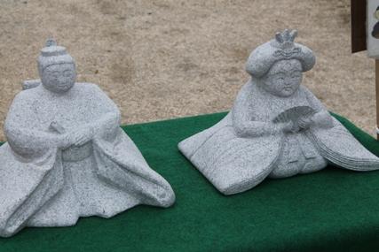 真壁石材組合が作った石のひな人形です。
