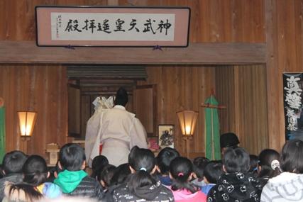 地元小学生が参加した和の風流し雛,ご祈祷,真壁小学校